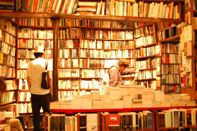 本屋で立ち読みをする人