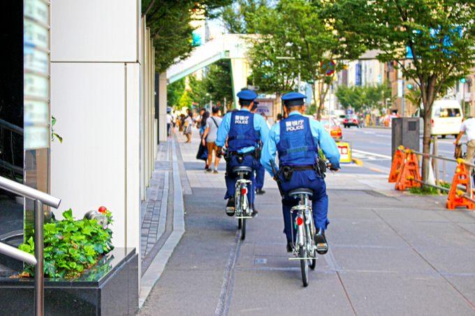 自転車に乗る警察官