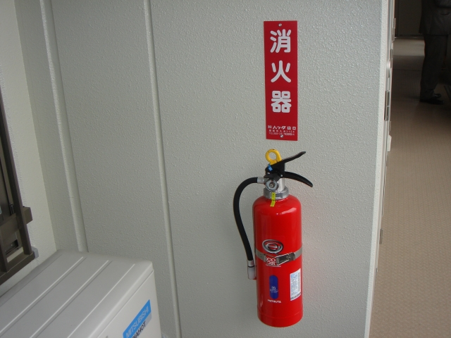 壁に設置してある消火器
