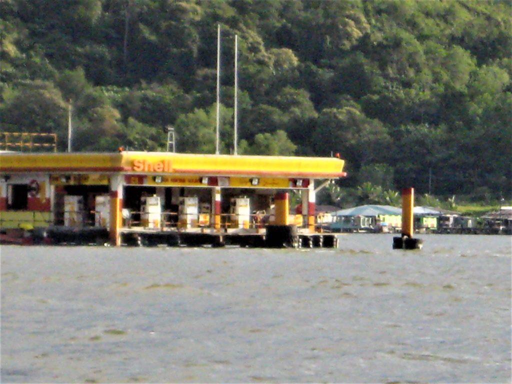 海の上にあるモーターボート用のガソリンスタンド