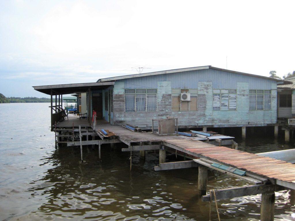 水上集落カンポン・アイールの民家