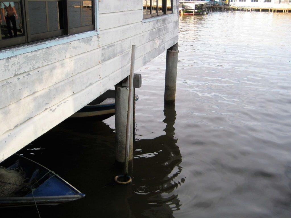 水上集落の民家の下に格納されたボート