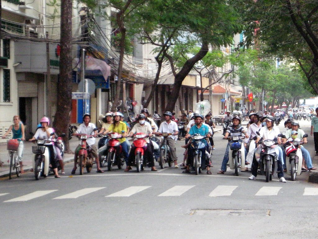 ベトナムの信号待ちバイク